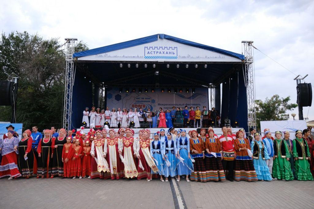 Тысячи астраханцев побывали на фестивале «Нас на века объединила Волга»