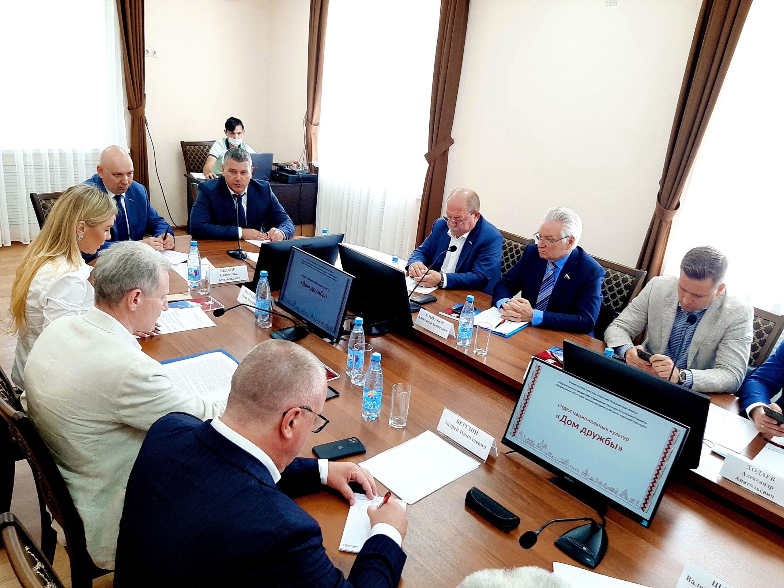 В Астрахани за «Круглым столом» обсуждались вопросы сохранения культурных традиций