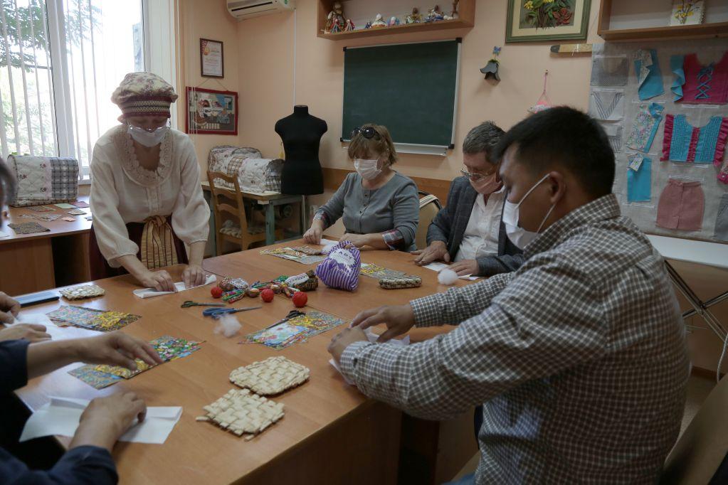 Преподаватели изобразительных искусств посетили Дом ремесел