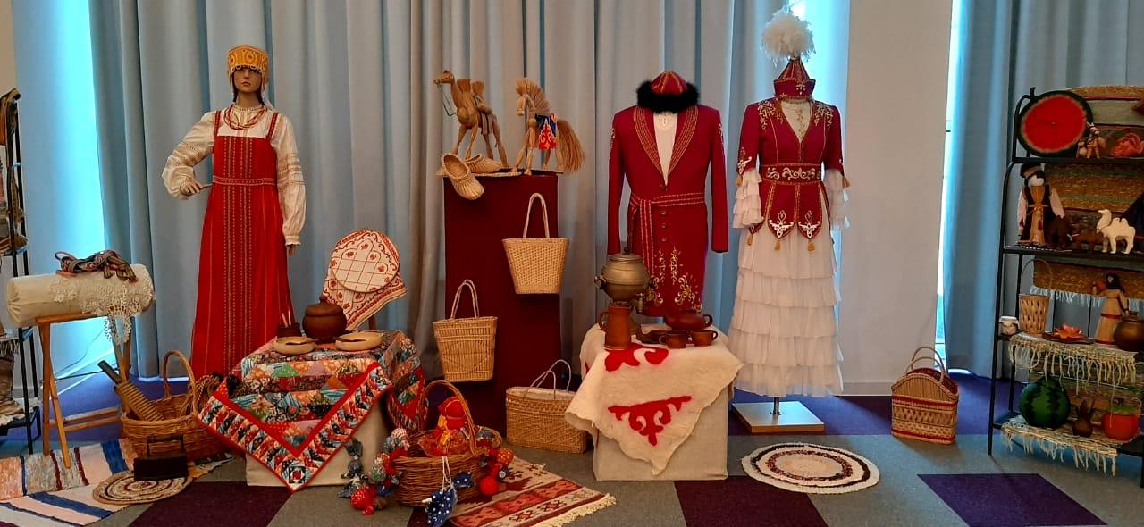 Дом ремесел представил выставку национальных костюмов на церемонии закрытия конкурса «СМИротворец-2020»