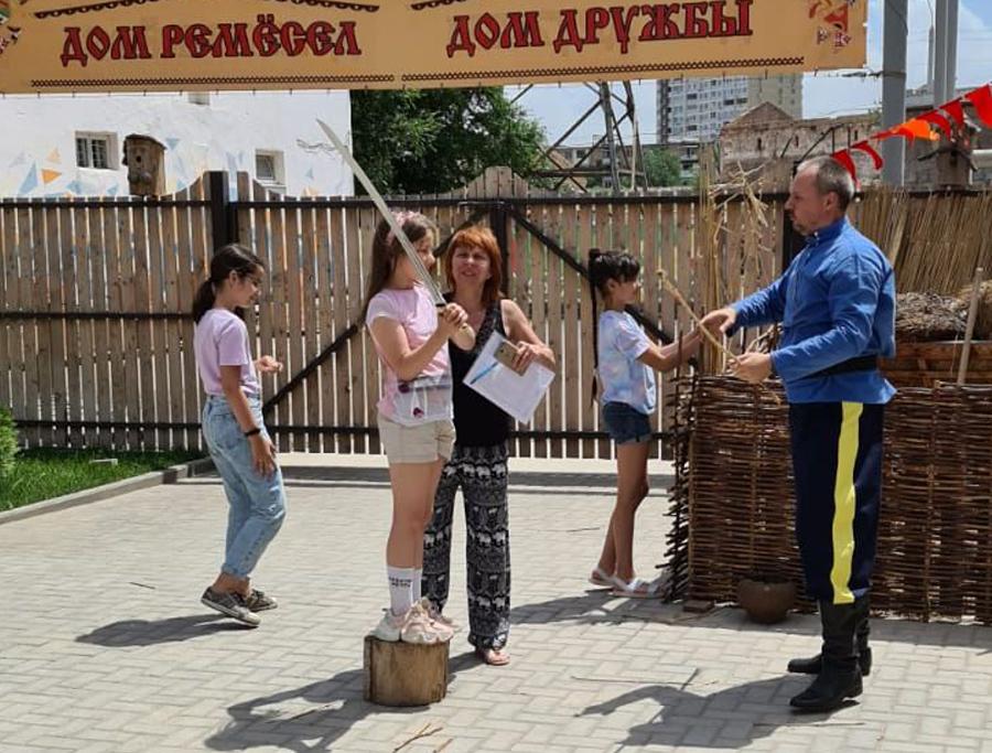 В летней школе маленьких мастеров прошел цикл мероприятий, посвящённых народным традициям и праздникам