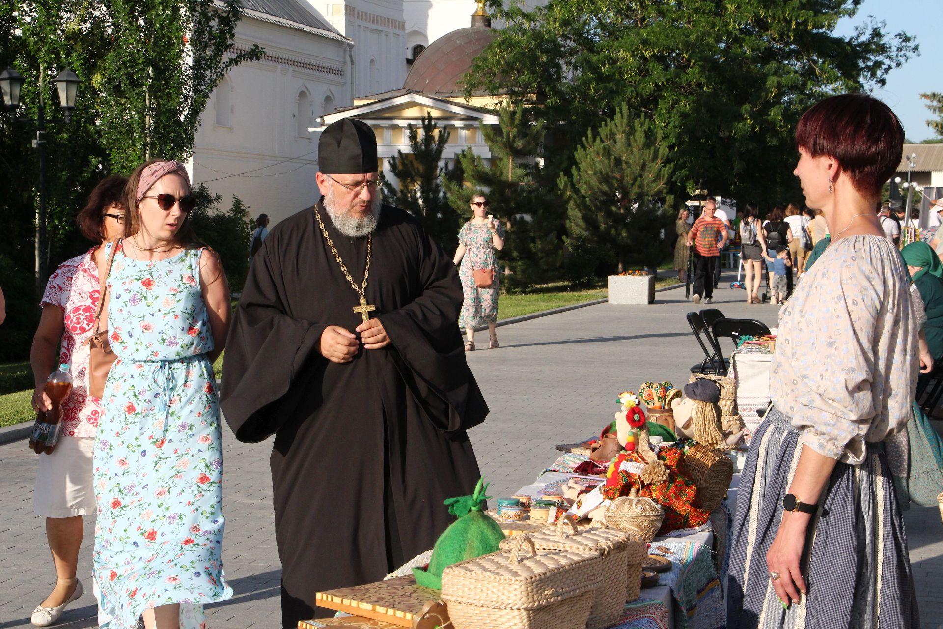 Центр народной культуры организовал выставки на открытии радио «Вера» в Астрахани