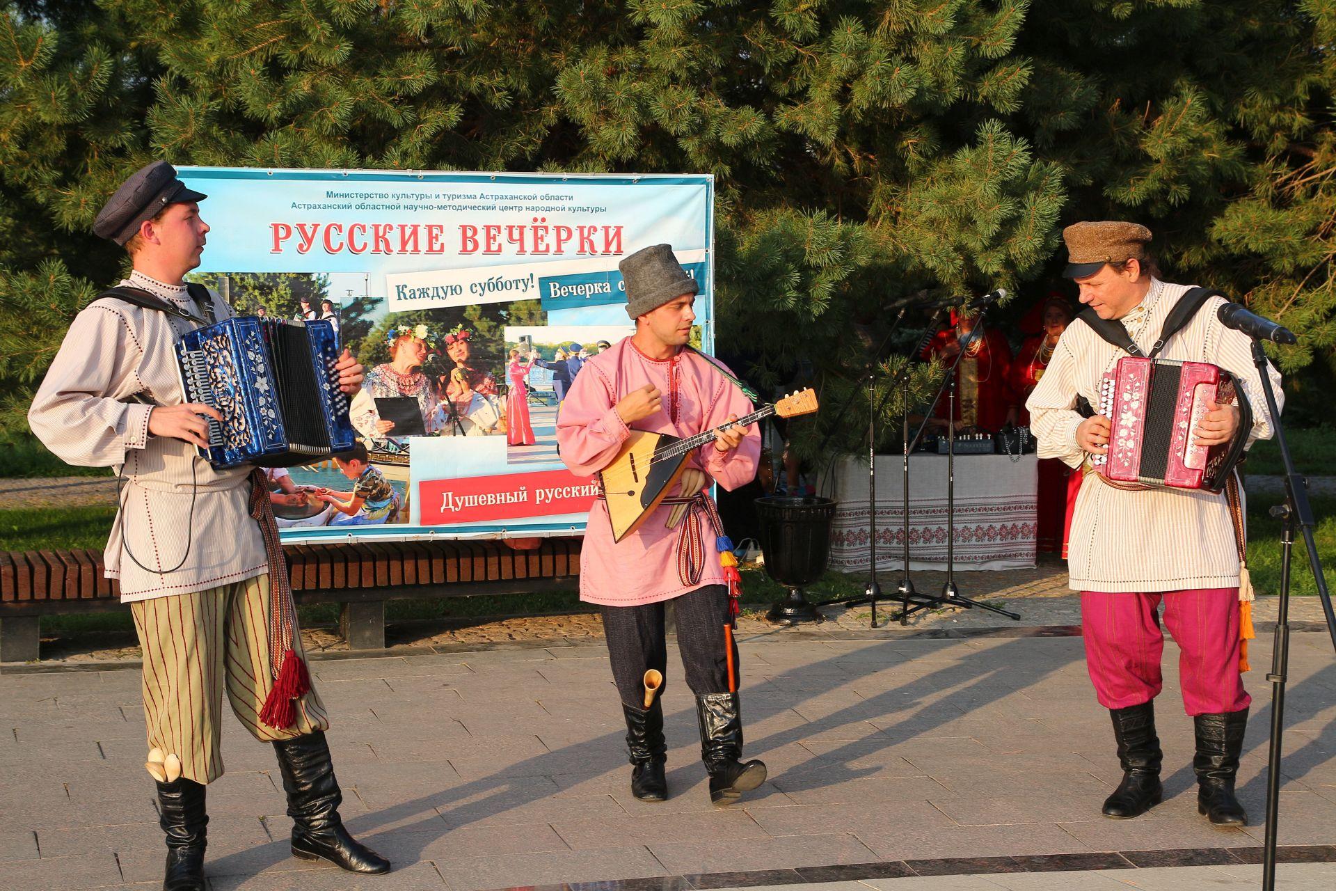 <strong>В Астрахани прошли Русские вечерки, посвященные празднованию спасов</strong>