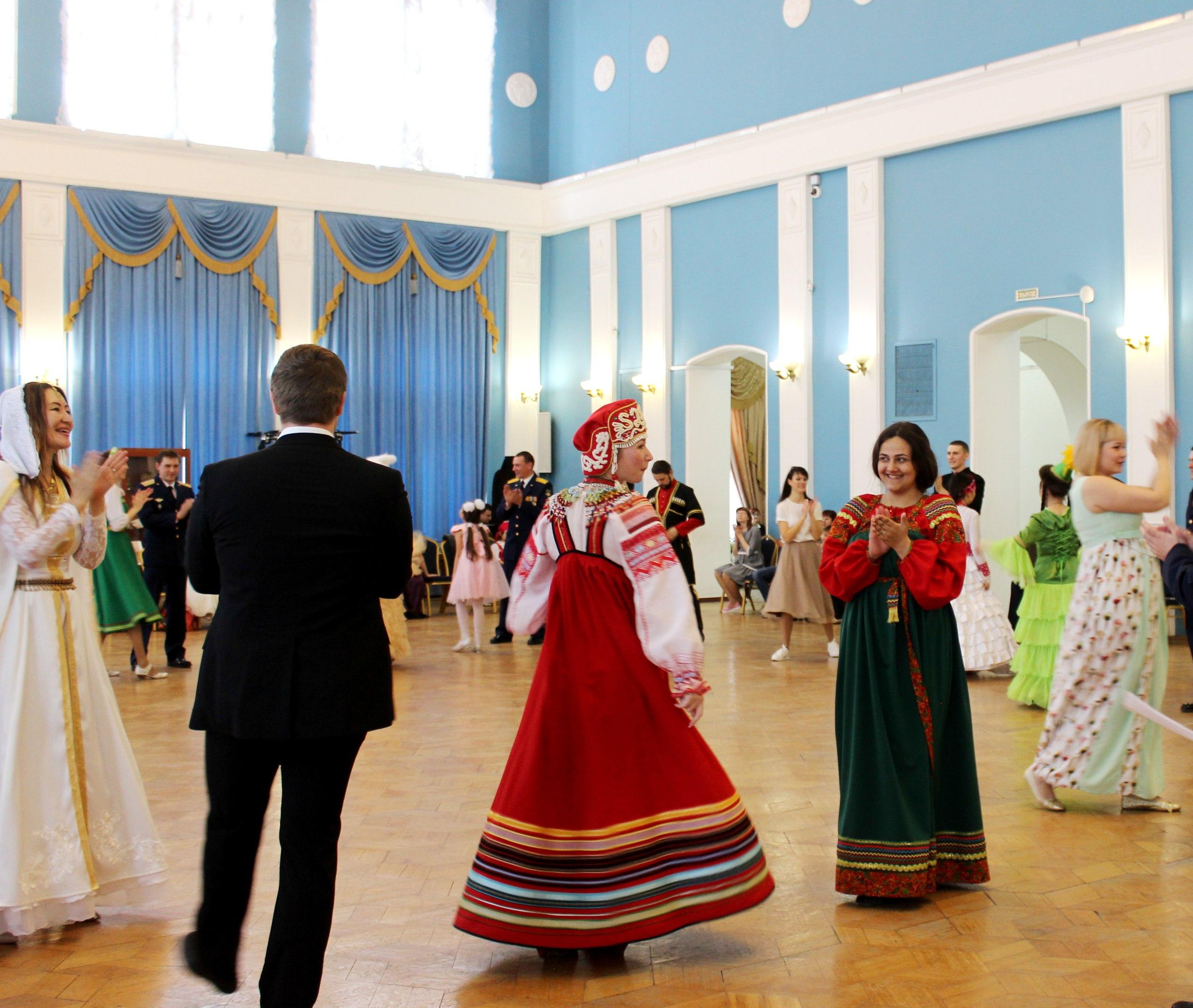 Ансамбль «Астраханская песня» выступил на танцевальном балу «Дружба народов»