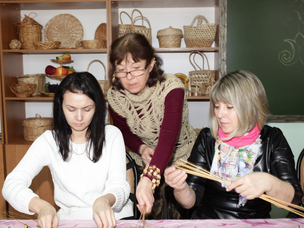 Мастера из Донецка провели для астраханцев  мастер-классы по гончарному ремеслу и лозоплетению
