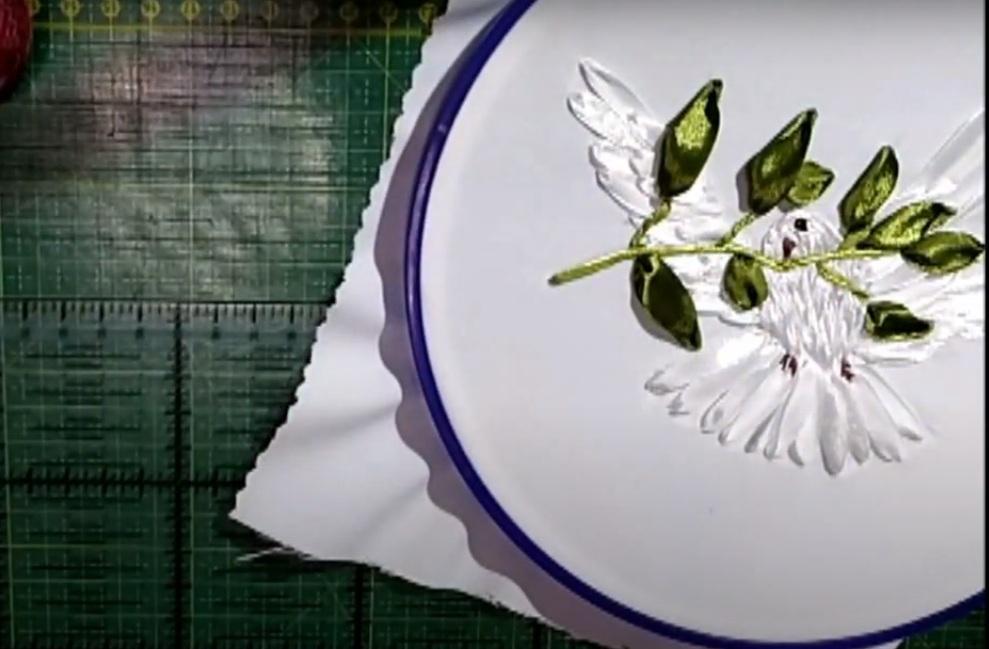 Видеозапись мастер-класса по вышивке лентами «Голубь мира»