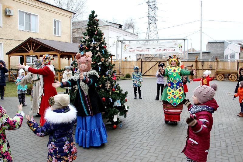 Астраханцев приглашают на интерактивную программу «Новогодний хоровод»