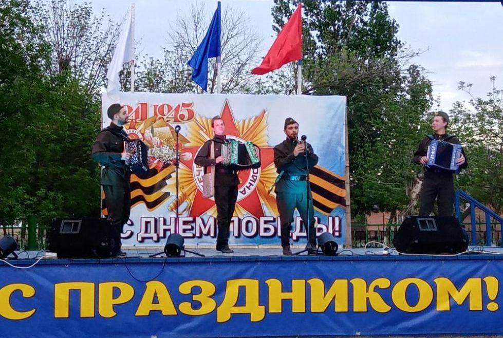 Артисты Дома дружбы поздравили жителей села Ватажное  с Днем Победы